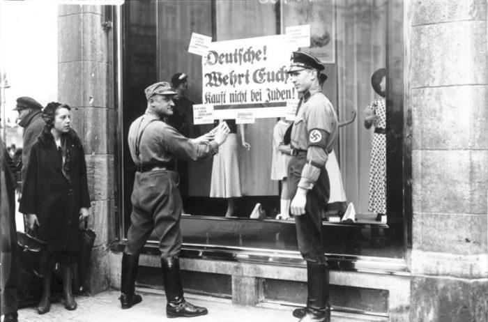 Die NSDAP ruft zum Boykott jüdischer Geschäfteauf.